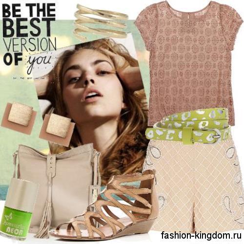 Модные босоножки на низком ходу бежевого цвета сочетаются с короткими шортами и ажурным топом.