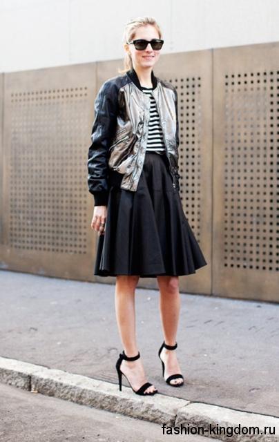 Открытые черные босоножки на шпильке в сочетании с юбкой-миди и кожаной курткой.