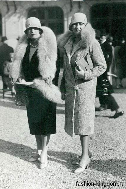 Модное пальто 1920 годов, прямого кроя, длиной ниже колен, декорированное меховым воротником.