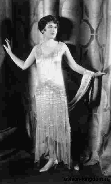 Длинное атласное платье 1920 годов, прямого кроя с асимметричным подолом, без рукавов.