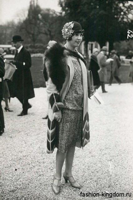 Коктейльное платье 1920 годов длиной до колен, свободного фасона в тандеме со шляпой клош и туфлями на каблуке.