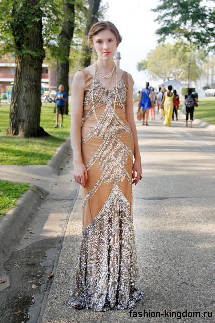 Вечернее длинное платье в стиле 1920, бежево-серебристого цвета, прямого кроя, декорированное пайетками и стразами.