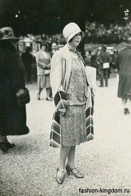 Вечернее блестящее платье 1920 годов, длиной миди, свободного фасона в сочетании с туфельками на каблуке.