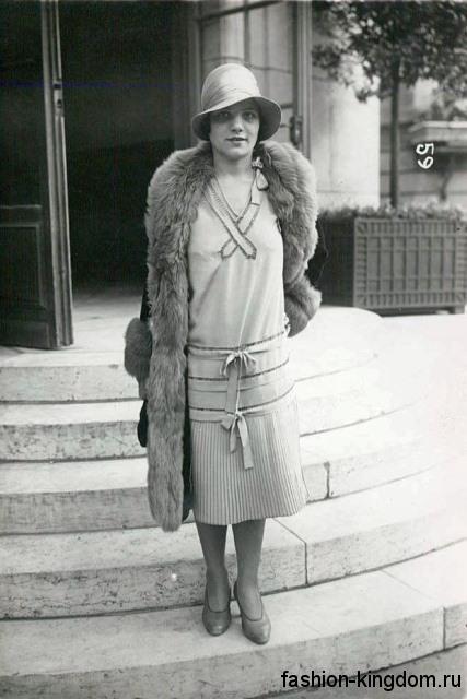 Повседневное платье 1920 годов прямого фасона, длиной миди в сочетании с меховым пальто и шляпой клош.