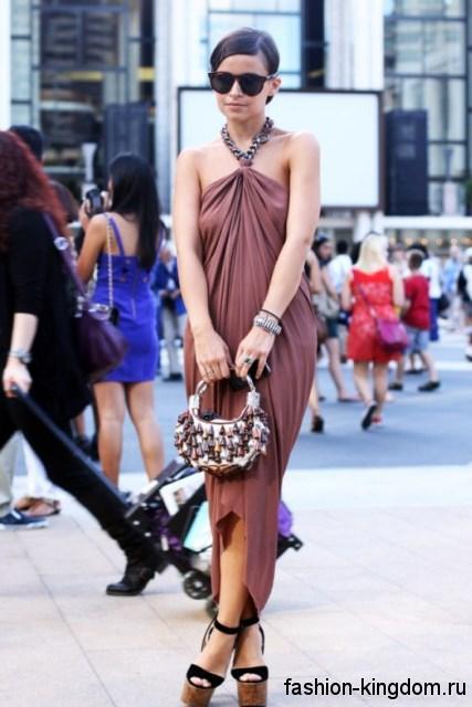 Модные босоножки на высокой платформе черно-коричневого цвета в тандеме с длинным асимметричным платьем.