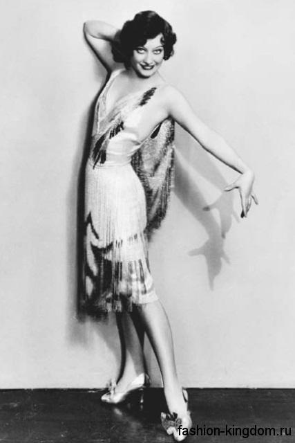Двуцветное платье-миди 1920 годов прямого фасона, с глубоким V-образным вырезом, украшенное бисером.
