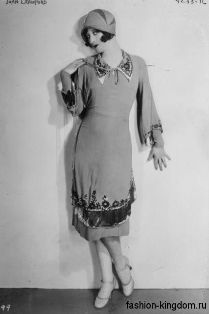 Платье 1920 годов прямого кроя, длиной миди, декорированное вышивкой, сочетается со шляпой клош.