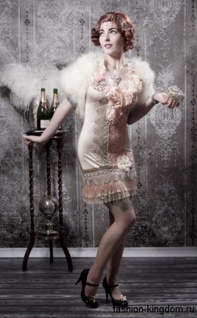 Короткое платье прямого фасона в стиле 1920, пастельных оттенков, декорированное цветами, ажурными вставками и мехом.