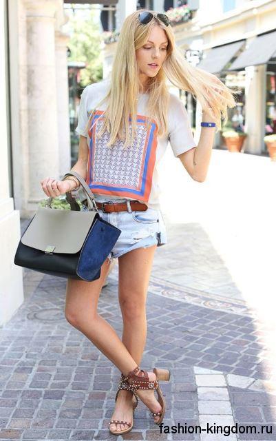 Коричневые босоножки на устойчивом каблуке, с клепками сочетаются с джинсовыми шортами и футболкой.