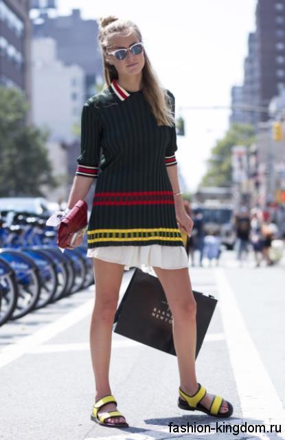 Летние босоножки на низком ходу, черно-желтого цвета, на липучках в тандеме с юбкой-мини и трикотажной туникой.