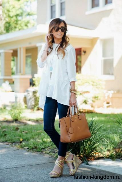 Босоножки на платформе золотистого цвета сочетаются с узкими джинсами и широкой белой блузкой.