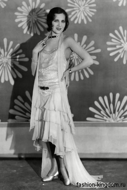 Вечернее длинное платье 1920 годов, прямого фасона, с драпировкой и небольшим шлейфом.