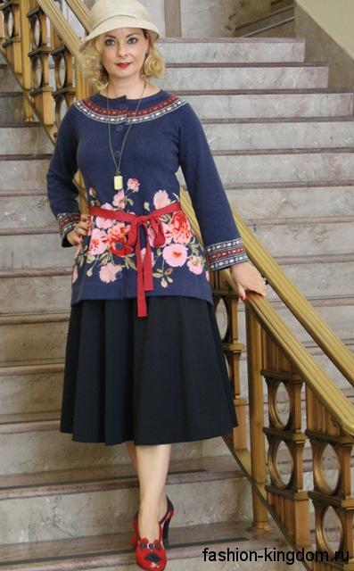 Юбка-миди черного цвета в стиле 1920 сочетается с синей блузой прямого кроя с цветочным принтом и шляпой клош.