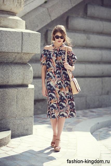 Модные босоножки на платформе коричневого цвета сочетаются с летним платьем-миди прямого кроя.