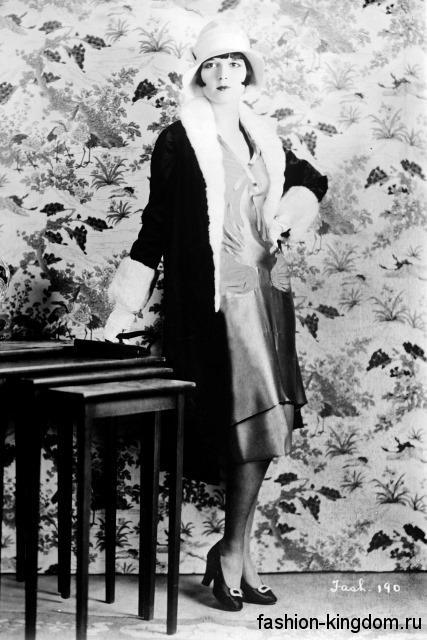 Осеннее пальто 1920 годов, прямого кроя, черного цвета, длиной ниже колен, декорированное белым мехом.