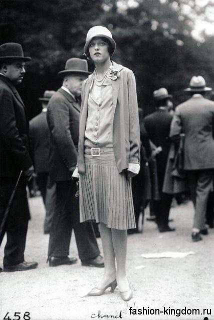 Платье 1920 годов с заниженной талией, с юбкой-плиссе, длиной до колен в сочетании с длинным жакетом и шляпкой клош.