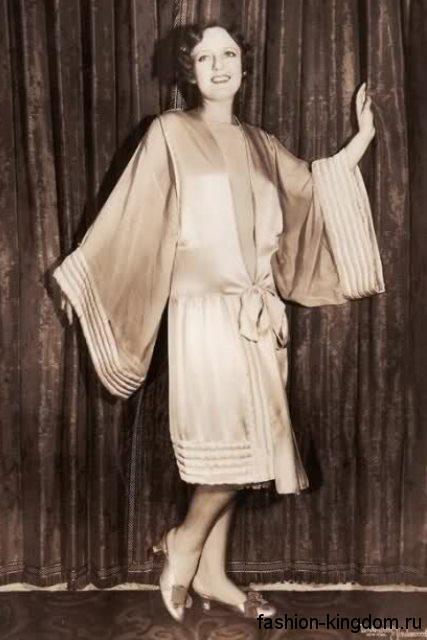 Модное платье 1920 годов свободного фасона, бежевого цвета, длиной миди, с широкими рукавами.