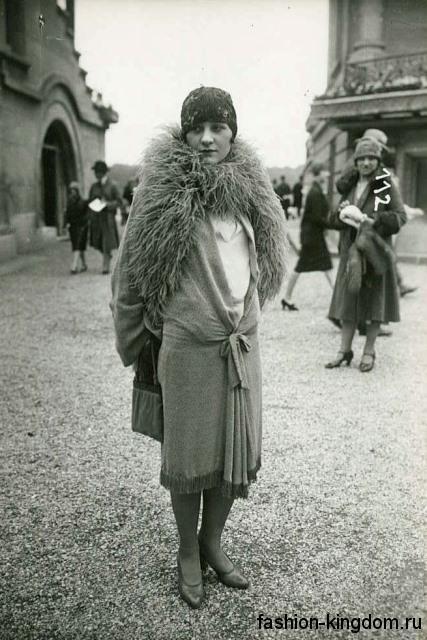 Женский наряд 1920 годов, прямого кроя, длиной ниже колен в сочетании с туфлями на небольшом каблуке и меховым шарфом.