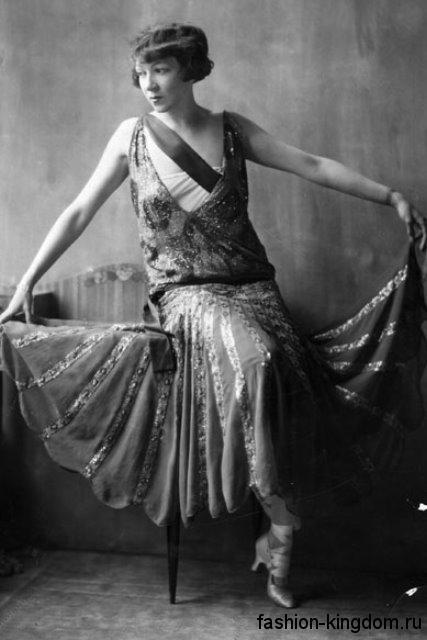 Вечернее платье-миди 1920 годов, свободного фасона, с глубоким вырезом декольте, украшенное пайетками и стразами.