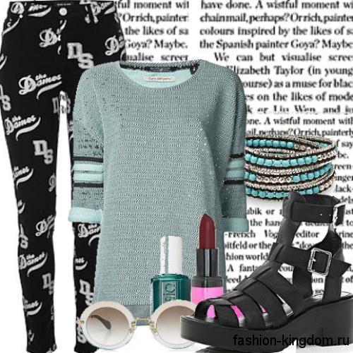 Кожаные босоножки на широком каблуке, с ремешками сочетаются с узкими брюками и тонким вязаным свитером.