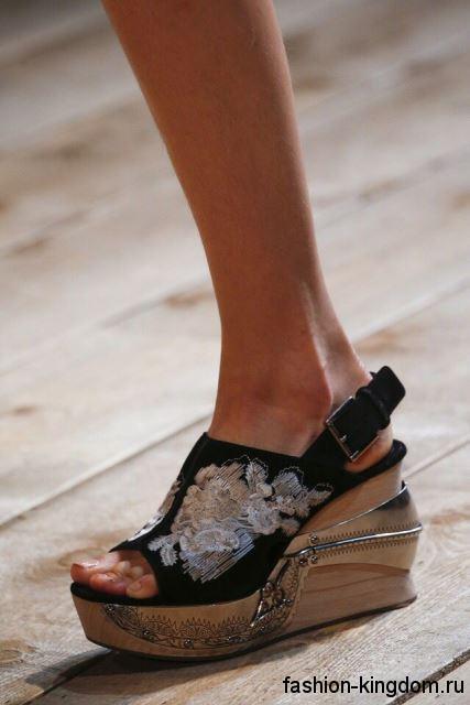 Модные босоножки на платформе черно-бежевого цвета, с вышивкой и металлическими вставками от Alexander McQueen.