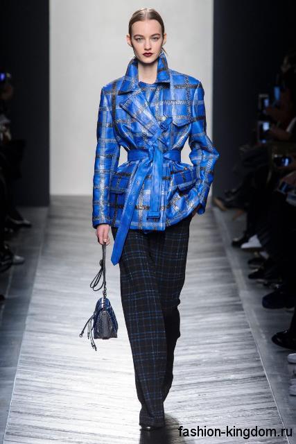 Женские брюки в клетку черно-синего цвета, прямого кроя в сочетании с синей курткой в клетку из коллекции осень 2016 от Bottega Veneta.