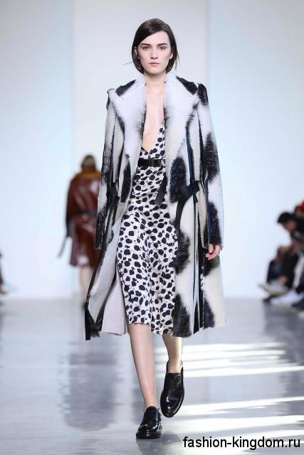 Меховое пальто черно-белого цвета, прямого силуэта в сочетании с платьем-миди из коллекции осень 2016 от Calvin Klein.