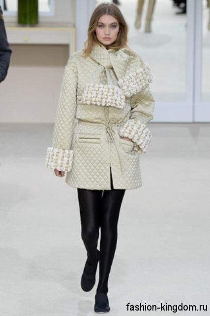 Короткое стеганое пальто белого цвета, с широкими манжетами и шарфом сезона осень 2016 от Chanel.
