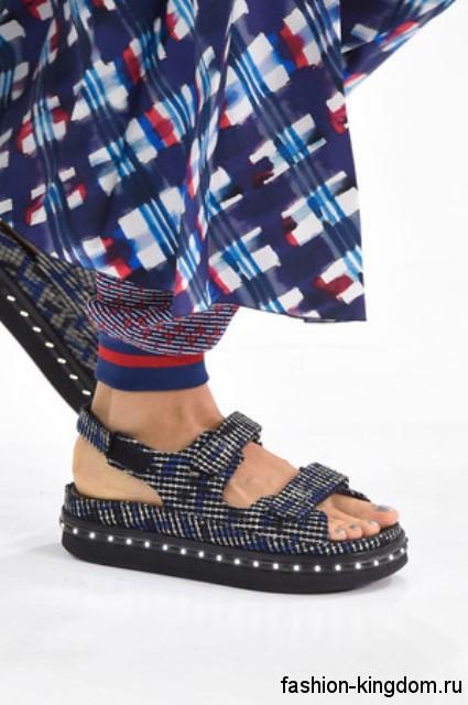 Женские босоножки на плоской подошве серо-синего цвета, на липучках из коллекции Chanel.