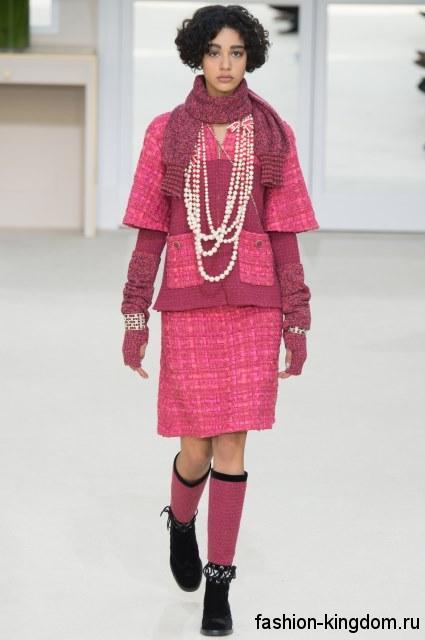 Теплый костюм розового цвета, состоящий из юбки-миди и короткого жакета, с накладными карманами из коллекции осень 2016 от Chanel.
