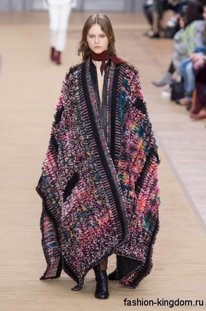 Разноцветное пальто-кейп длиной в пол, свободного фасона из коллекции осень 2016 от Chloe.