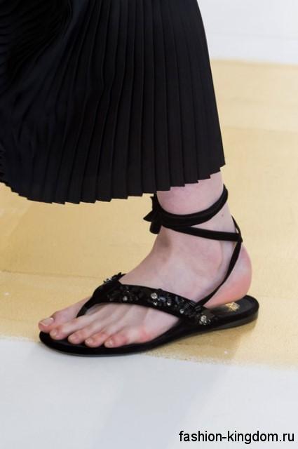 Модные босоножки на плоской подошве черного цвета, с ремешками и пайетками от Christian Dior.