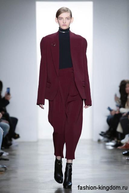 Короткие брюки свободного кроя, бордового цвет в тандеме с длинным пиджаком в тон брюк из коллекции осень 2016 от Dion Lee.