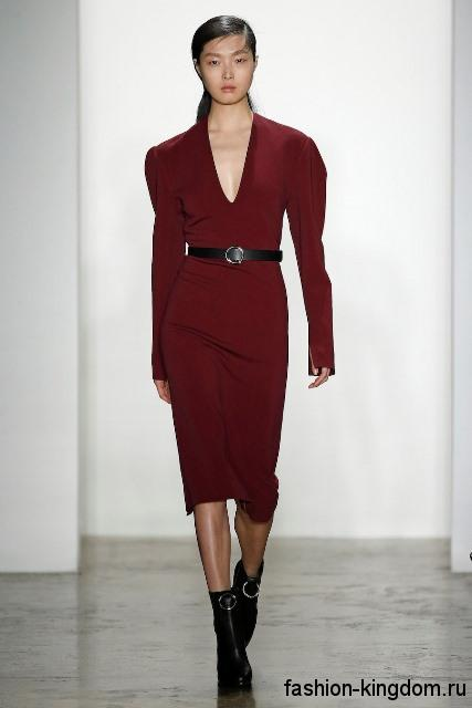 Платье-миди темно-красного цвета, приталенного фасона, с длинными рукавами из коллекции осень 2016 от Dion Lee.