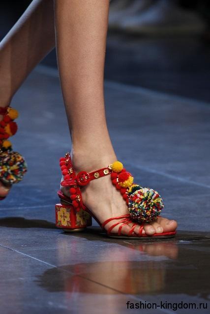 Босоножки на небольшом каблуке, красного цвета, с помпонами и пайетками из коллекции Dolce & Gabbana.