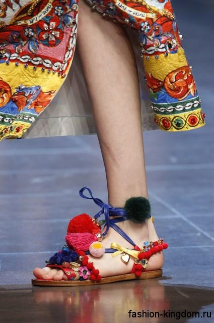 Разноцветные босоножки на плоской подошве, с декоративными элементами из коллекции Dolce & Gabbana.