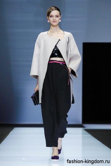 Черные брюки свободного фасона сочетаются с тонким пальто светло-серого тона из коллекции осень 2016 от Emporio Armani.