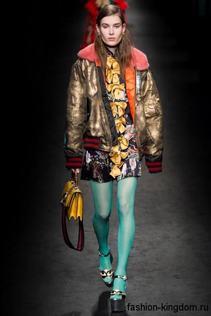 Куртка золотистого цвета с меховым воротником сочетается с босоножками на платформе и желтой сумочкой сезона осень 2016 от Gucci.