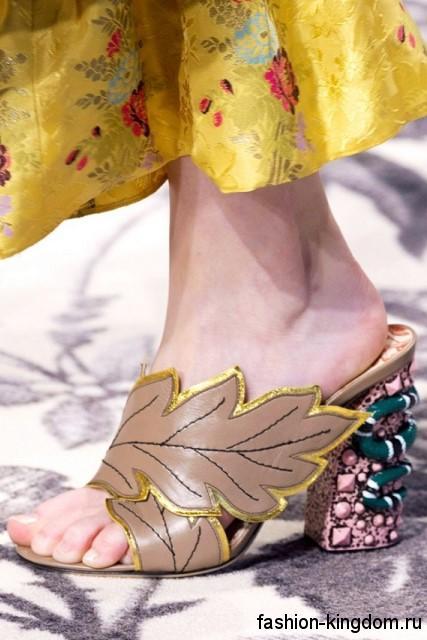 Модные босоножки на широком каблуке, с деталями растительной тематики из коллекции Gucci.