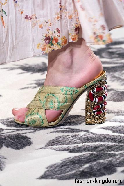 Женские босоножки на высоком устойчивом каблуке, золотистой расцветки с узором от Gucci.