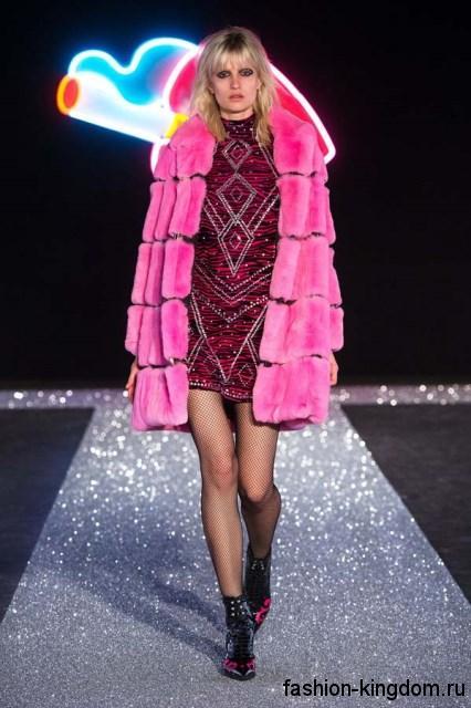 Объемная шубка розового цвета, длиной выше колен сочетается с розовым платьем-мини сезона осень 2016 от Just Cavalli.