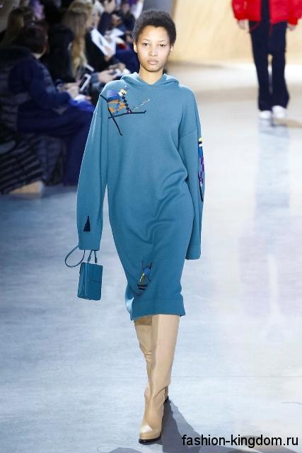 Теплое платье голубого цвета, свободного кроя, длиной до колен, с капюшоном из коллекции осень 2016 от Lacoste.