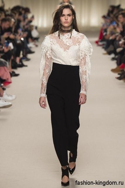 Брюки черного цвета с высокой талией в сочетании с ажурной белой блузкой из коллекции осень 2016 от Lanvin.