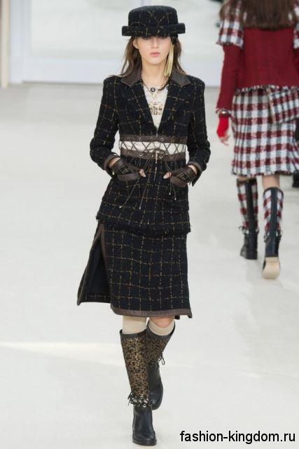 Высокие сапоги черно-золотистого тона на низком ходу сочетаются со шляпой в клетку из коллекции осень 2016 от Chanel.