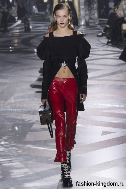 Кожаные узкие брюки красного цвета в сочетании с длинной черной блузкой сезона осень 2016 от Louis Vuitton.