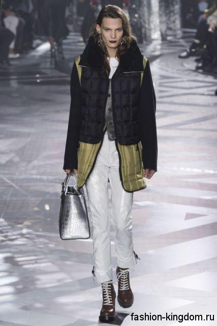 Ботинки шоколадного цвета на шнуровке в сочетании со стеганой курткой и серебристой сумочкой сезона осень 2016 от Louis Vuitton.