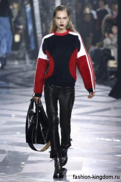 Кожаные черные брюки сочетаются со свитером красно-черной расцветки и массивными ботинками сезона осень 2016 от Louis Vuitton.