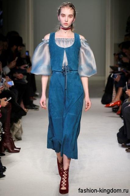 Длинное платье синего цвета без рукавов в сочетании с атласной голубой блузкой из коллекции осень 2016 от Luisa Beccaria.