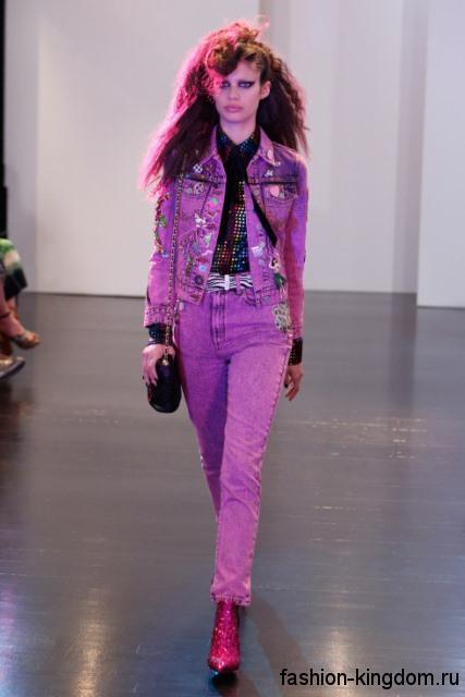 Джинсовые брюки фиолетового цвета, прямого кроя в тандеме с джинсовой курткой из коллекции осень 2016 от Marc Jacobs.