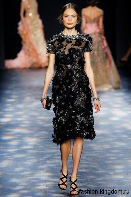 Вечернее гипюровое платье черного цвета, длиной до колен, декорированное бисером и стразами из коллекции осень 2016 от Marchesa.